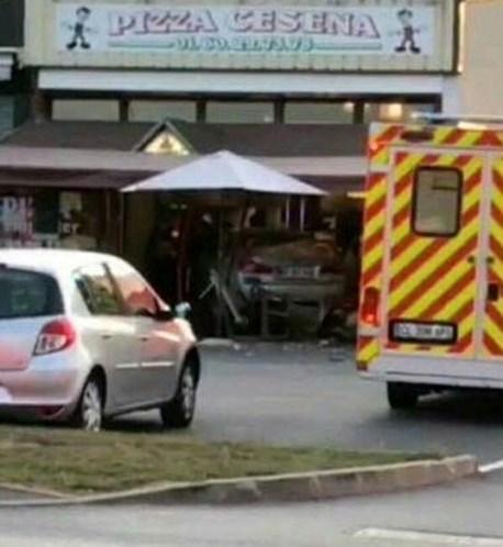 Carro irrompe contra restaurante nos arredores de Paris e mata criança