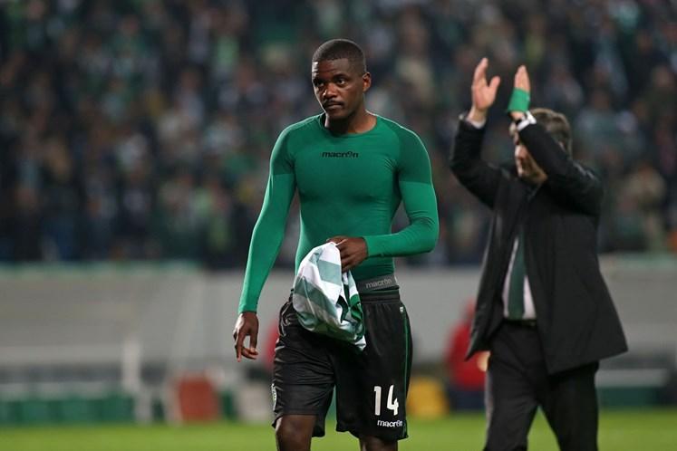 Com dois do goleador Dost, Sporting atropela o Vitória e mantém 100%