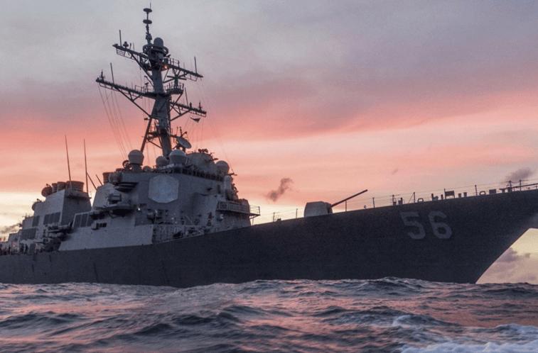 Destroier dos EUA colide com navio mercante perto de Cingapura