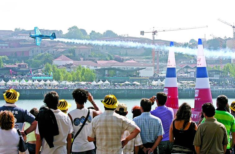 Red Bull Air Race. Aviões condicionam carros