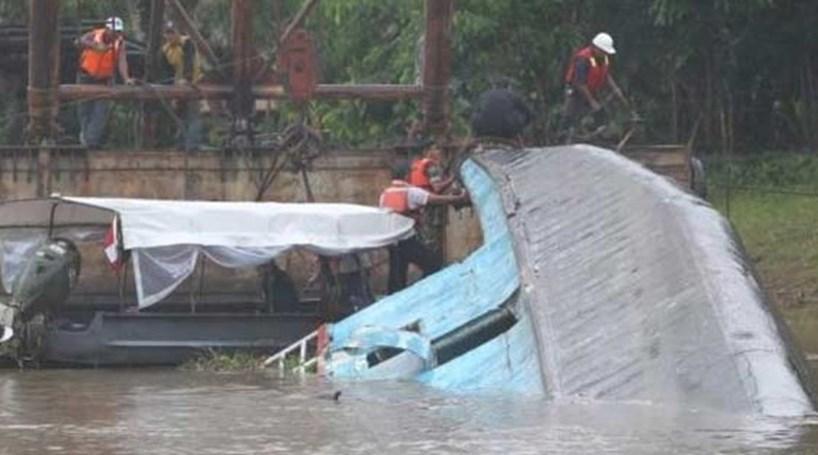 Barco com 70 pessoas naufraga no Brasil. Há pelo menos 7 mortos