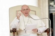 Papa reza com dezenas de milhares de pessoas pelas vítimas