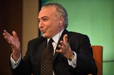 Deputados brasileiros aprovam suspensão de denúncia contra Temer
