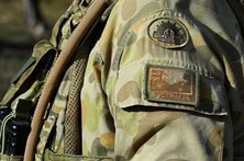 Soldados chineses e australianos fazem exercícios militares conjuntos na China