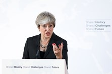 Theresa May assegura a europeus que vão poder permanecer no país