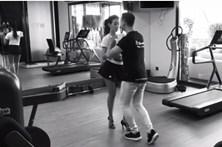 Grávida de 8 meses, Georgina aprende a dançar salsa