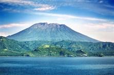 Vulcão na Indonésia obriga quase 35 mil pessoas a refugiarem-se
