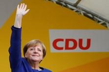 Projeções na Alemanha dão vitória a Merkel, sem maioria