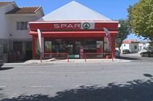 Dois homens armados assaltam supermercado em São João das Lampas