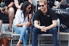 Harry surge pela primeira vez em público com a namorada