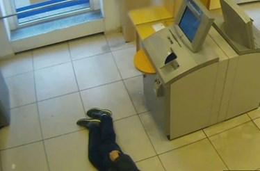 Três pessoas multadas por deixarem idoso morrer no chão