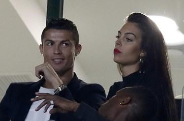 Namorada de Ronaldo aparece em público cinco dias depois de ser mãe