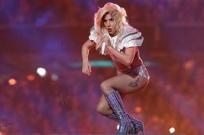 """Gaga cancela tourné europeia por causa de """"dores severas"""""""