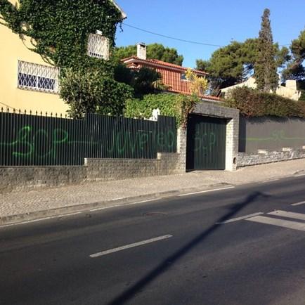 Muros vandalizados em rua de Cascais