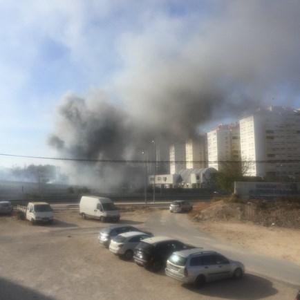 Incêndio junto ao Bairro 6 de Maio na Damaia