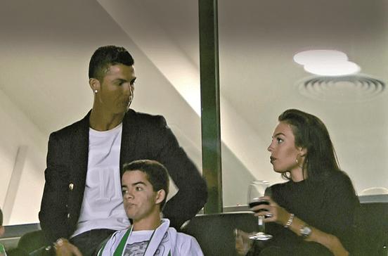 Cristiano Ronaldo namora no estádio de Alvalade