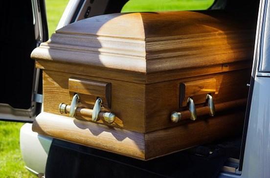 Carro sem travões atropela sete pessoas em funeral