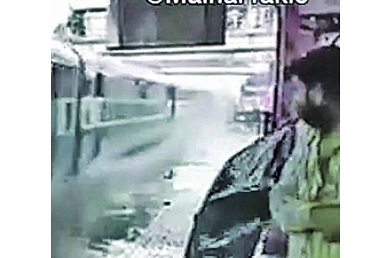 Comboio dá banho a passageiros na Índia