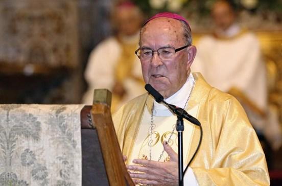 'Bispo Vermelho' fica ao lado dos pais