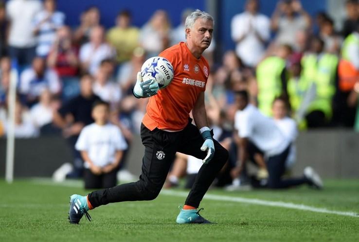 José Mourinho vira guarda-redes, sofre golo e não gosta nada