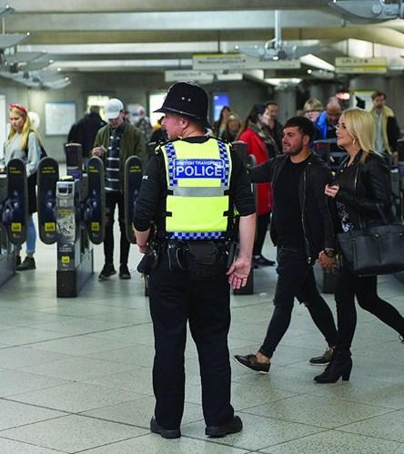 Polícia britânica prende suspeito de ataque a bomba em metrô de Londres