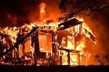 Autorizado regresso a casa de 60 mil pessoas após incêndios na Califórnia