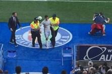 'Sósia' de Cristiano Ronaldo invade campo e acaba detido
