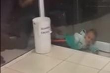 Menino de dois anos fica preso entre paredes de vidro