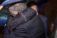 Popular pede demissão de ministra ao abraçar Marcelo