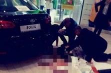 Jovem com faca mata uma pessoa e fere outras nove em centro comercial