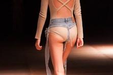 A insólita moda das 'calças de tanga'