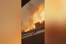 Bombeiros ficam cercados pelas chamas