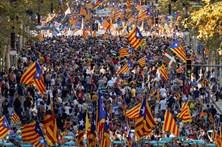 Dezenas de milhares manifestam-se em Barcelona contra suspensão da autonomia