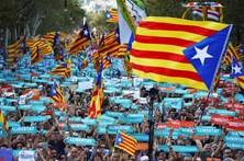 Milhares saíram à rua em Barcelona contra a suspensão da autonomia catalã
