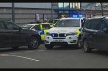 Homem que fez reféns em salão de bowling de Inglaterra foi detido