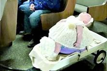 Menina adormece a levar o bouquet ao altar
