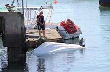 Pescadores escapam de naufrágio a nadar