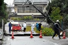 Tufão Lan cancela centenas de voos e fecha autoestradas no Japão