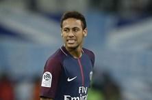 Neymar atingido por refrigerantes em clássico com o Marselha