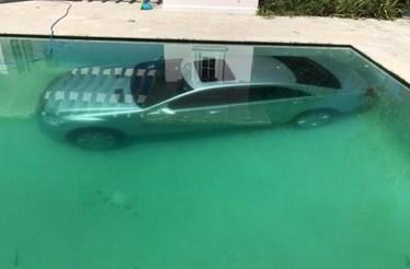 Deixa Mercedes do 'ex' na piscina como vingança
