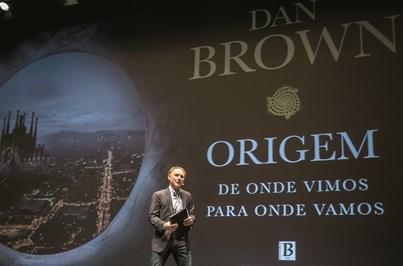 Dan Brown recebido por 1500 fãs em Lisboa