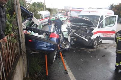Mulher morre em despiste de carro contra ambulância