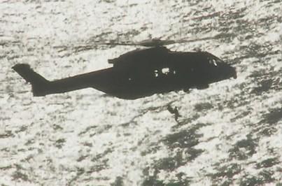 Pescadores salvos de helicóptero após onda que matou colega