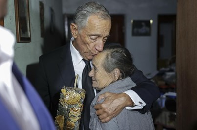 Vítima dos fogos retirou da casa destruída uma garrafa de aguardente para Marcelo