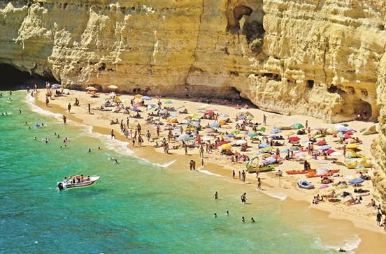 Subida de mercados menores ajuda turismo do Algarve