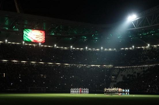 Estádio da Juventus com as cores portuguesas durante minuto de silêncio