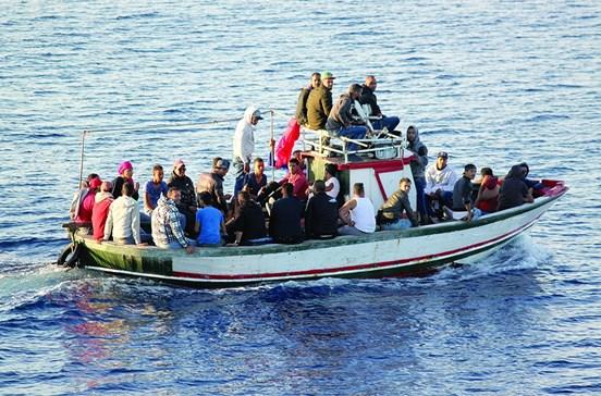 Marinha caça vários refugiados suspeitos e armados com facas