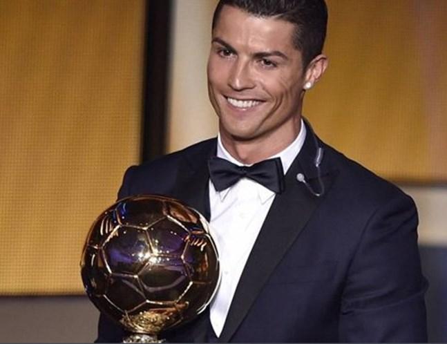 Réplica da Bola de Ouro de CR7 rende 600 mil euros
