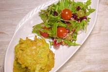 Pataniscas de legumes com salada de rúcula e beterraba