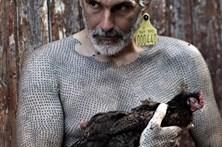 Artista tatua 40 mil cruzes no corpo pela defesa dos animais